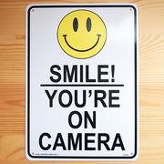 アメリカン雑貨 看板 プラスチックサインボード Smile! You're On Camera CA-51